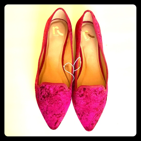 180d2e90560 10 Wide Velvet Report Flats Womens Shoes Scarlet